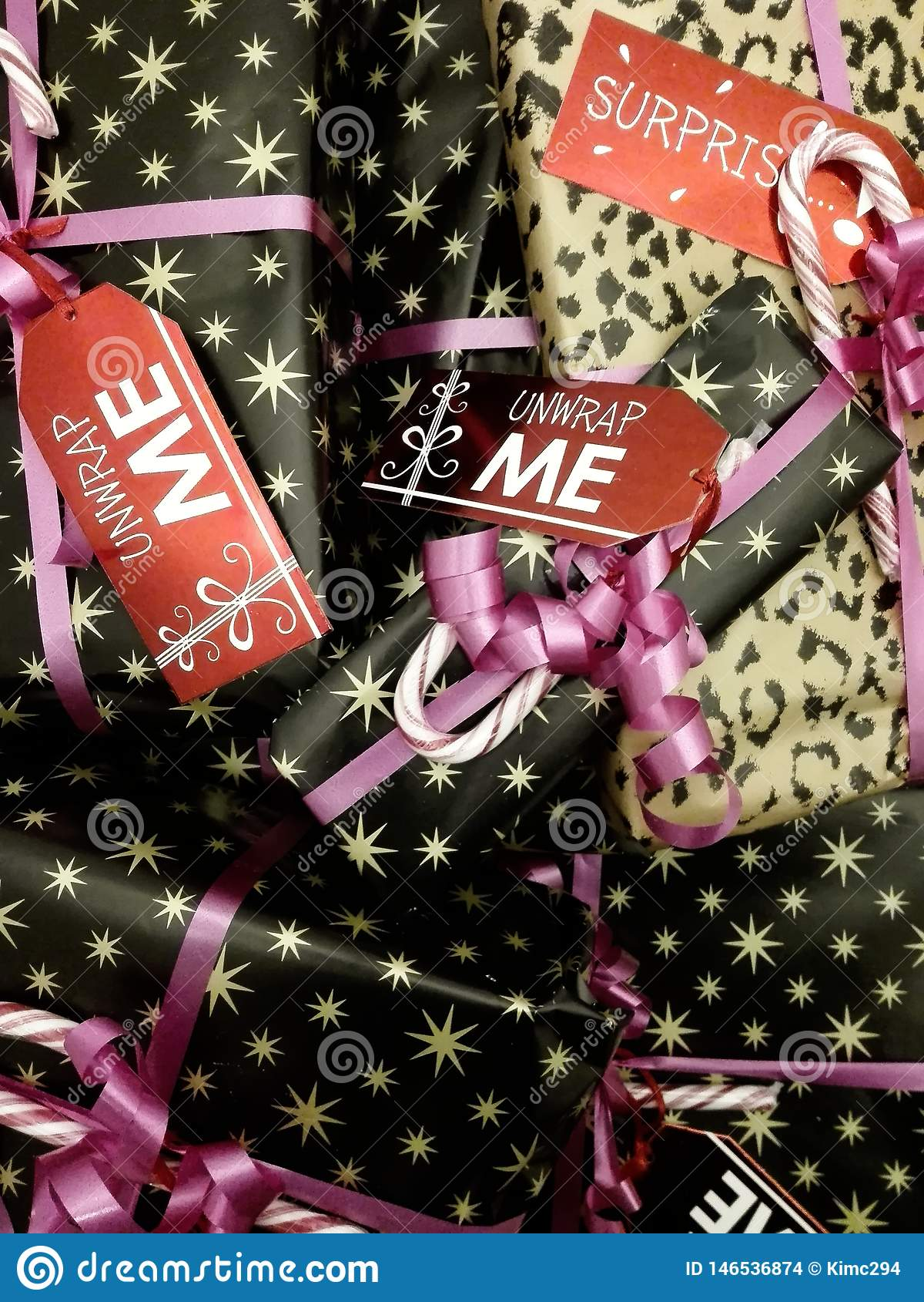 Empilé cadeaux enveloppés et décorés de Noël avec les étiquettes mignonnes