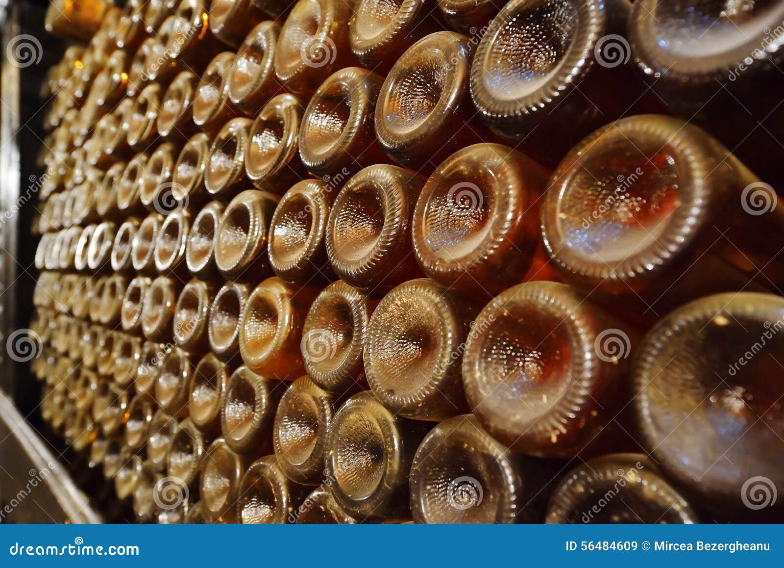 Empilé vers le haut des bouteilles de vin dans la cave