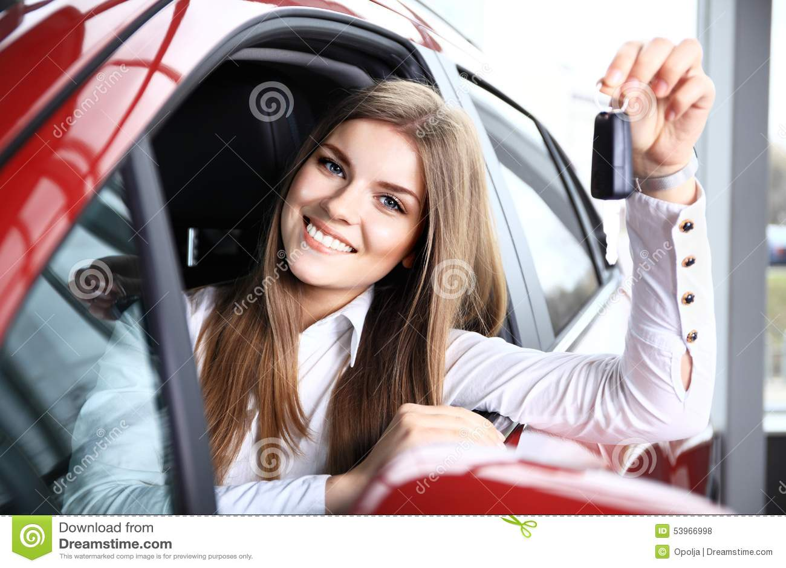 Emplacement de Holding Car Keys de conducteur de femme dans la nouvelle voiture