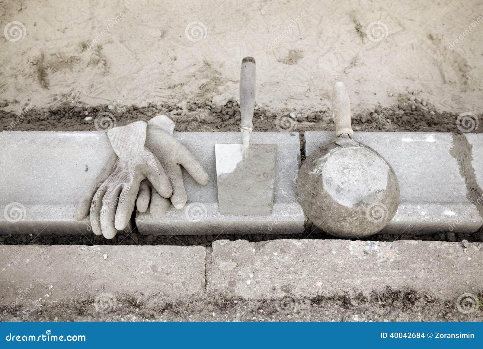 Emplazamiento de la obra piedra del encintado y - Herramientas del albanil ...