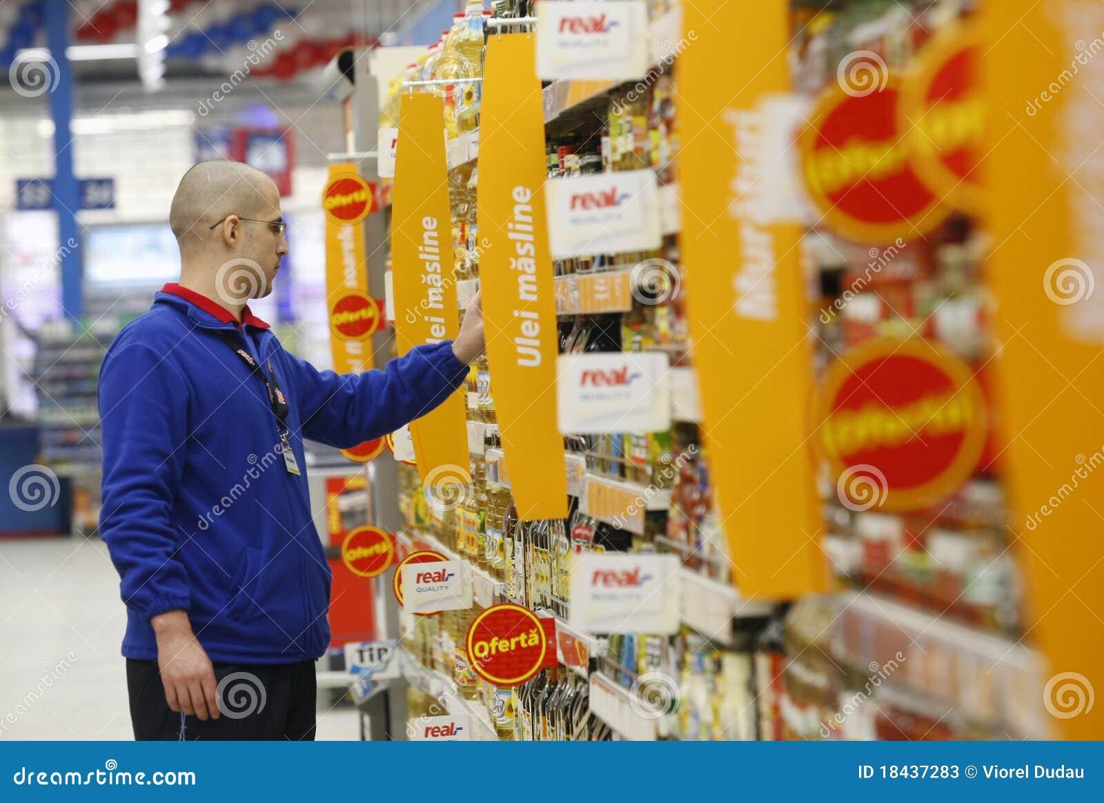 Empleado en el supermercado