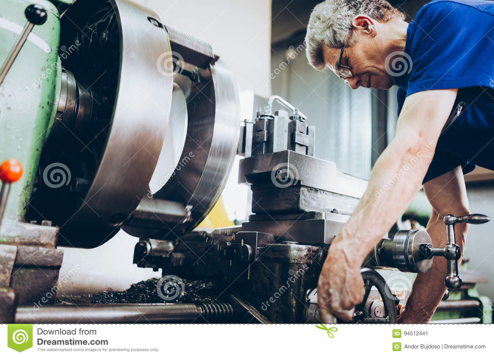 Empleado industrial de la fábrica que trabaja en industria fabril del metal
