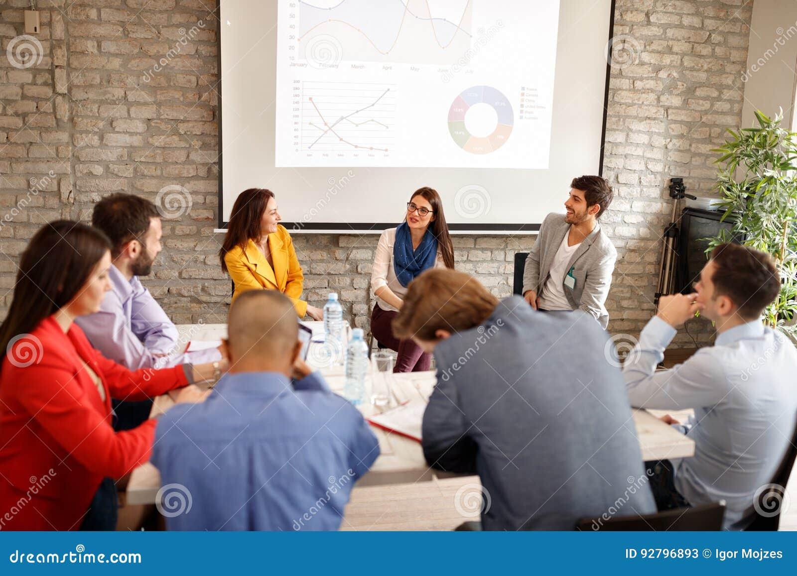 Empleados de la compañía en la reunión de negocios