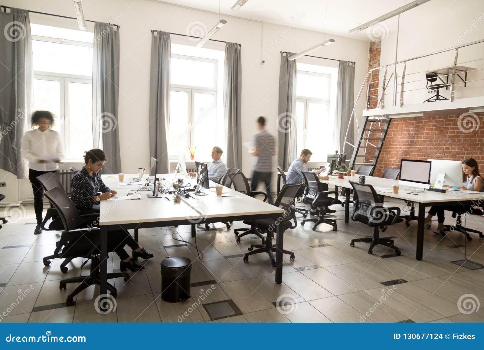 Empleados de personal corporativos que trabajan junto usando los ordenadores en el co