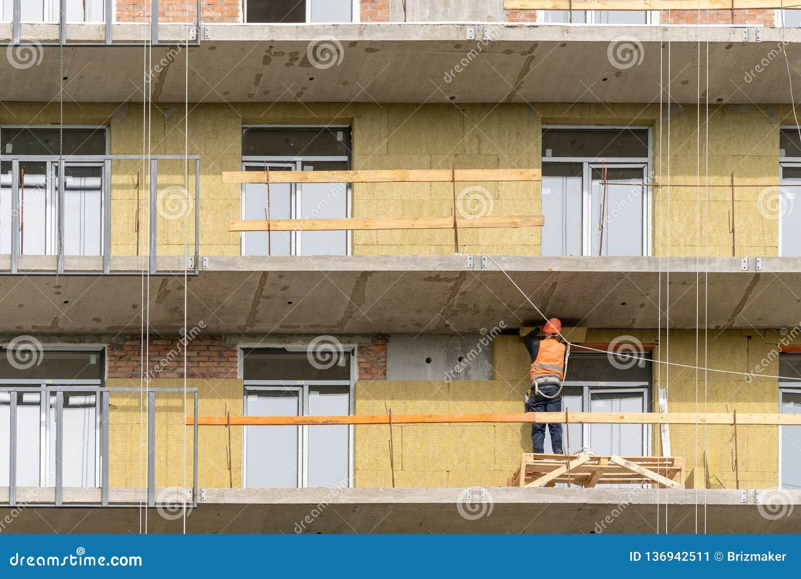 Empleo del cuello que instala el panel del aislamiento en la pared