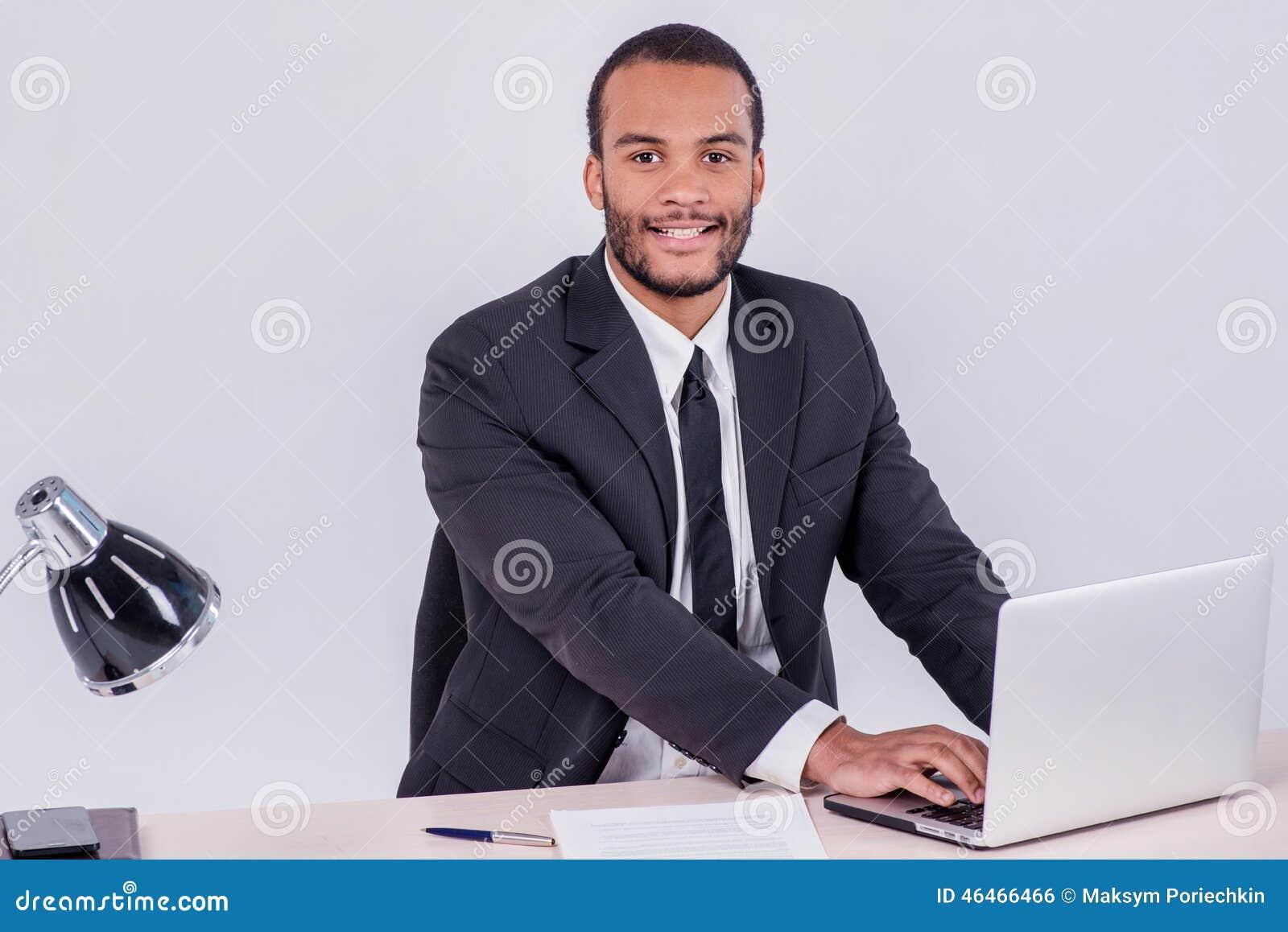 Employ De Bureau Homme Daffaires Africain De Sourire Sasseyant