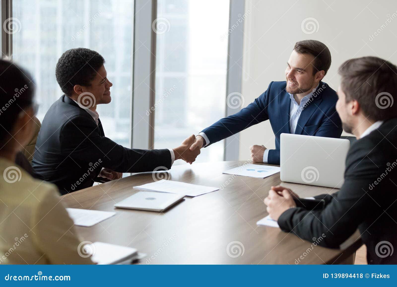 Employé africain de poignée de main de CEO de société lors de la réunion de groupe de sociétés