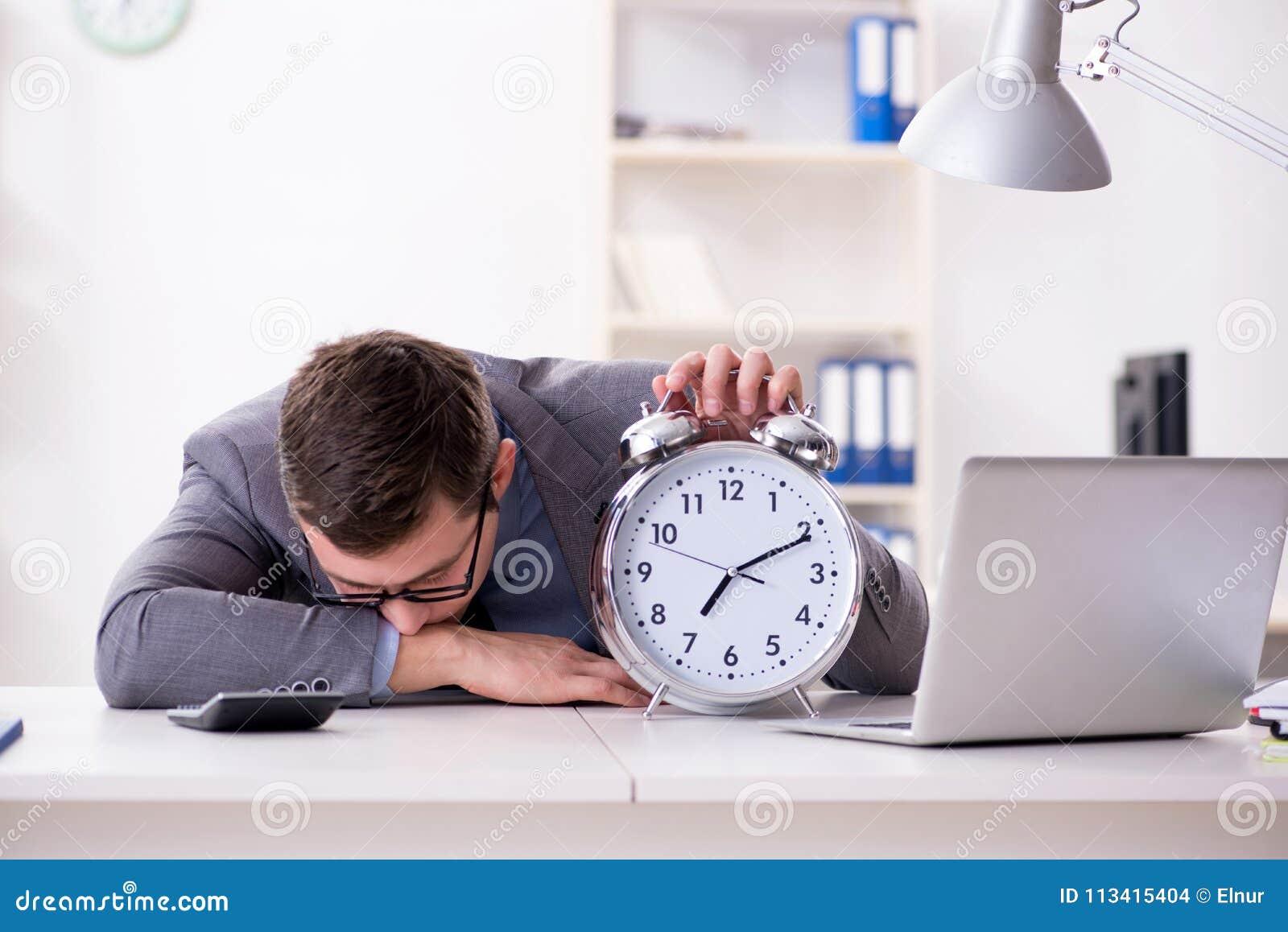 Employé d homme d affaires dans le concept d urgence et de date-butoir avec l alarme