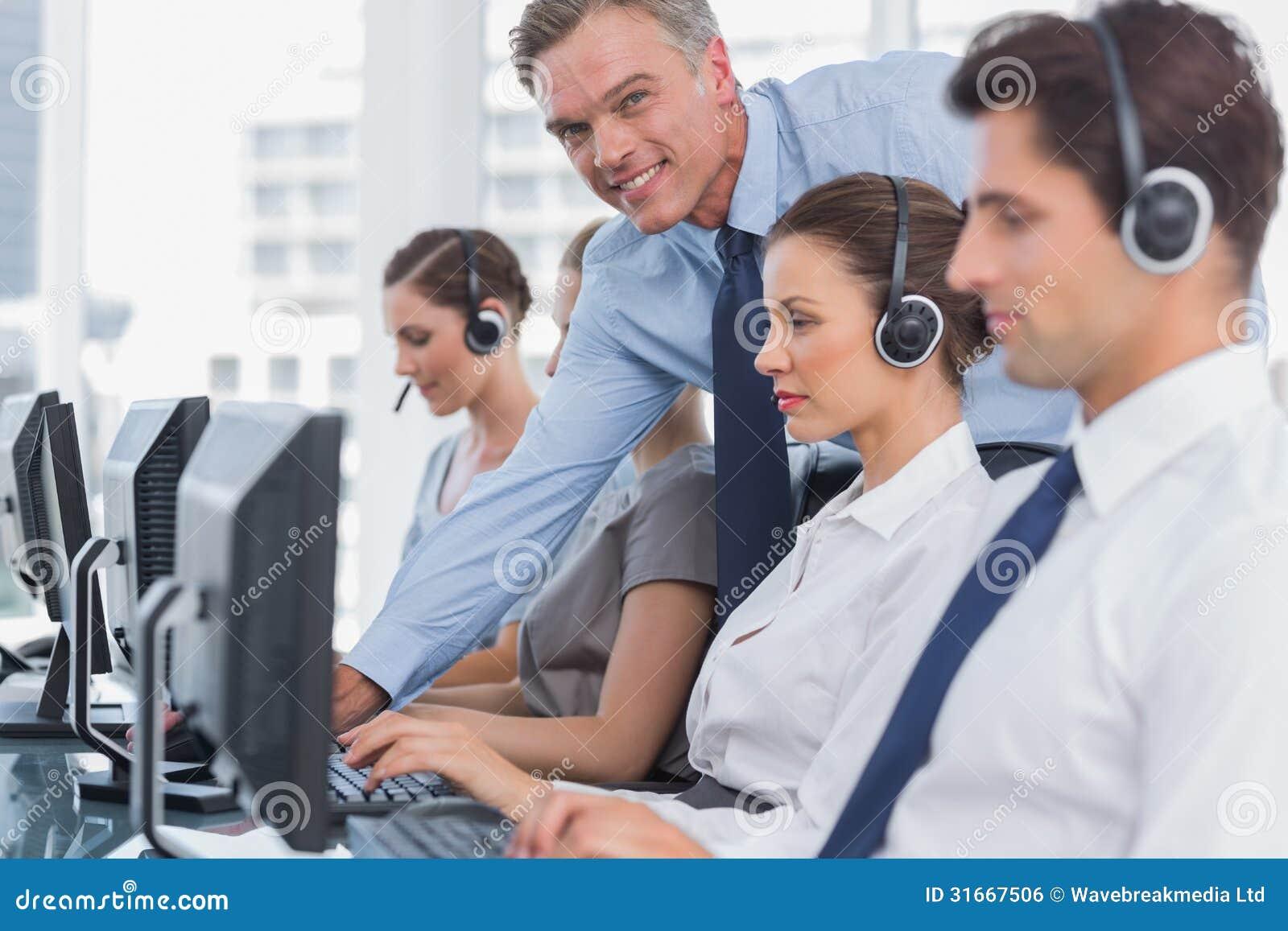 Employé de aide de sourire de centre d appel de directeur