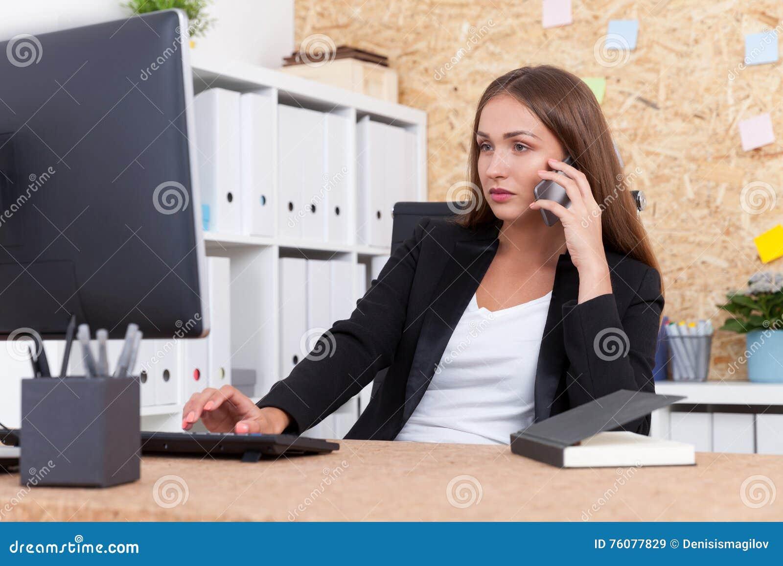 Employé de bureau au travail