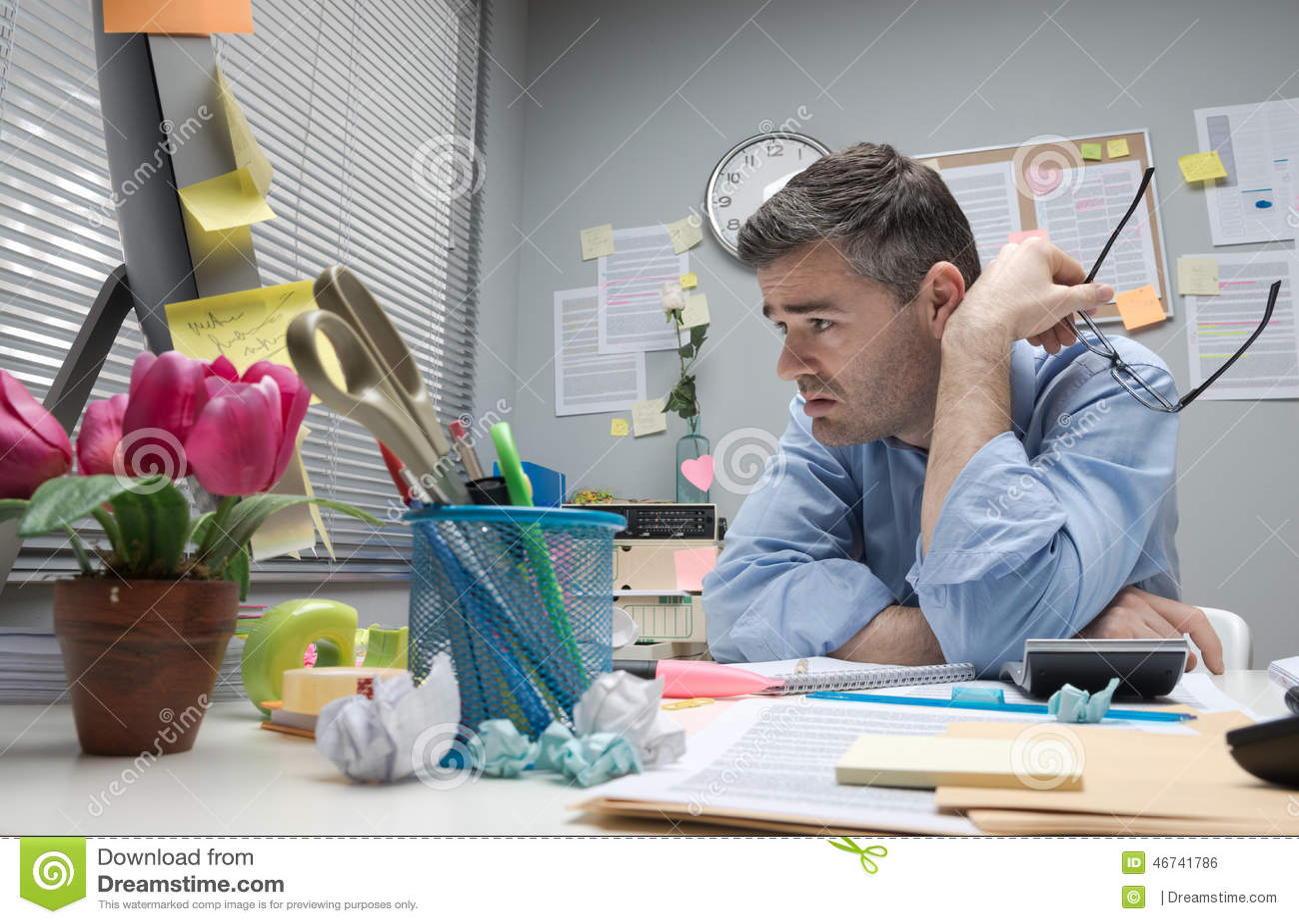 employ de bureau d prim son bureau photo stock image 46741786. Black Bedroom Furniture Sets. Home Design Ideas