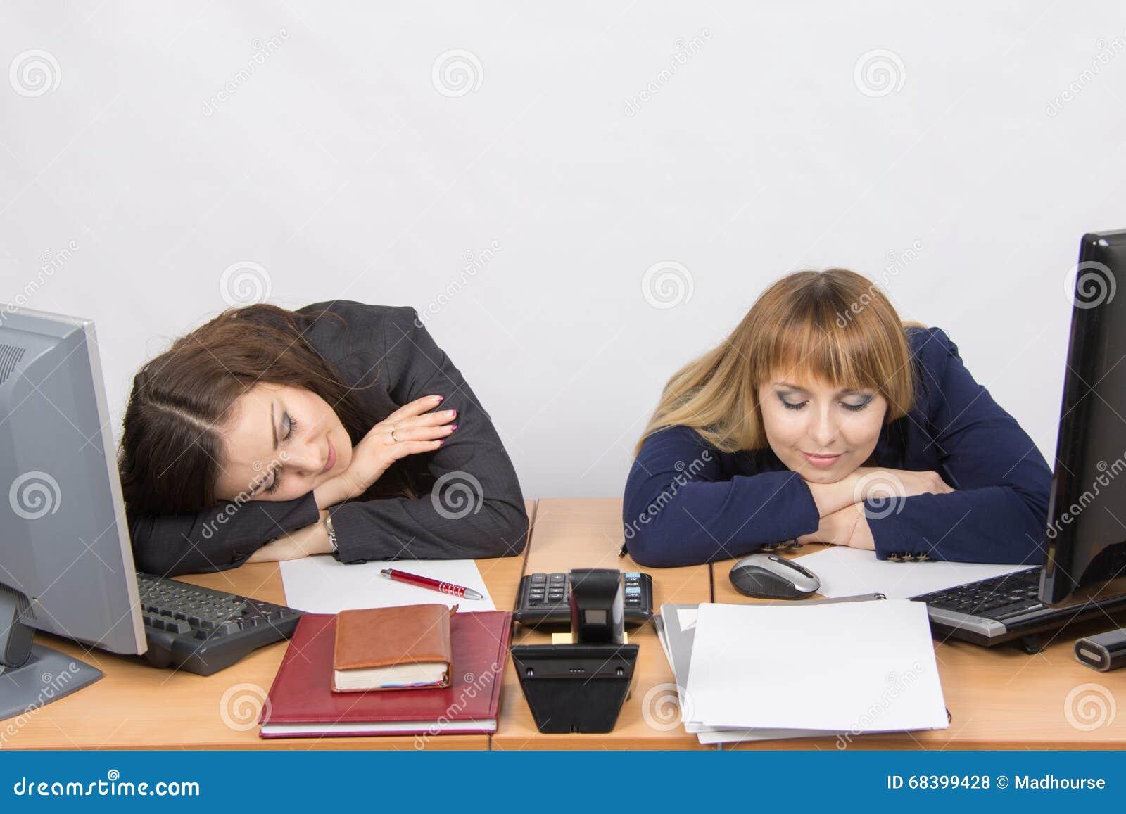 Employé de bureau de deux jeunes dormant sur le bureau pour des