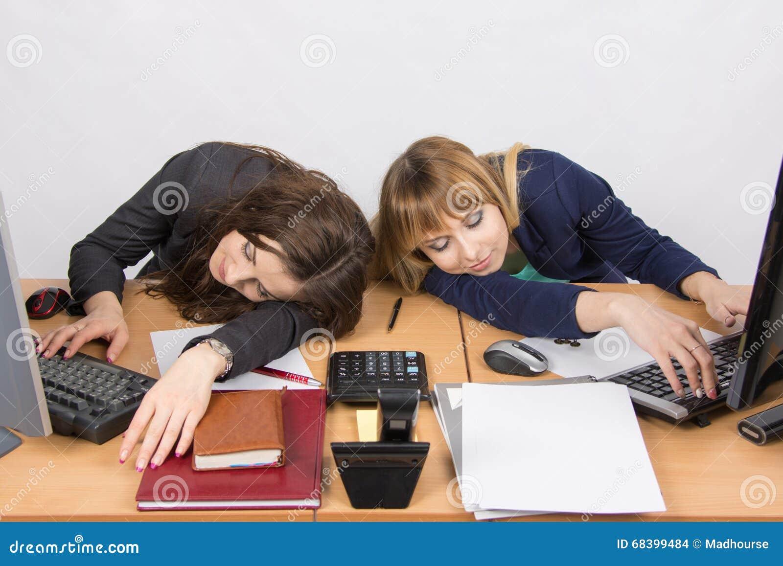 Employé de bureau de deux jeunes endormi sur le bureau pour des
