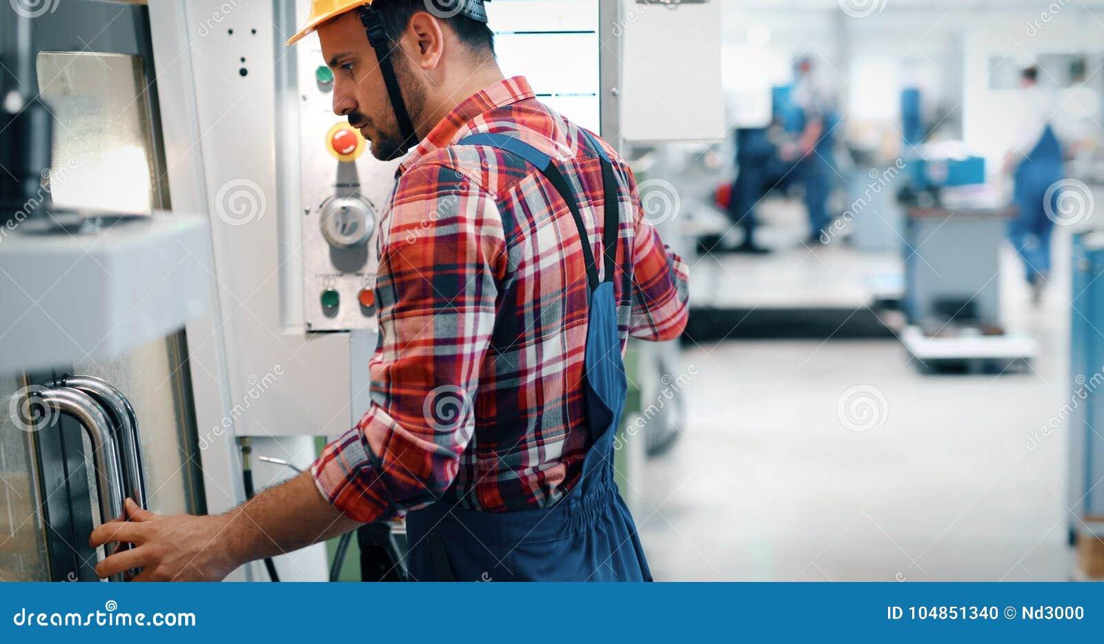 Employé industriel d usine travaillant dans l industrie en métal