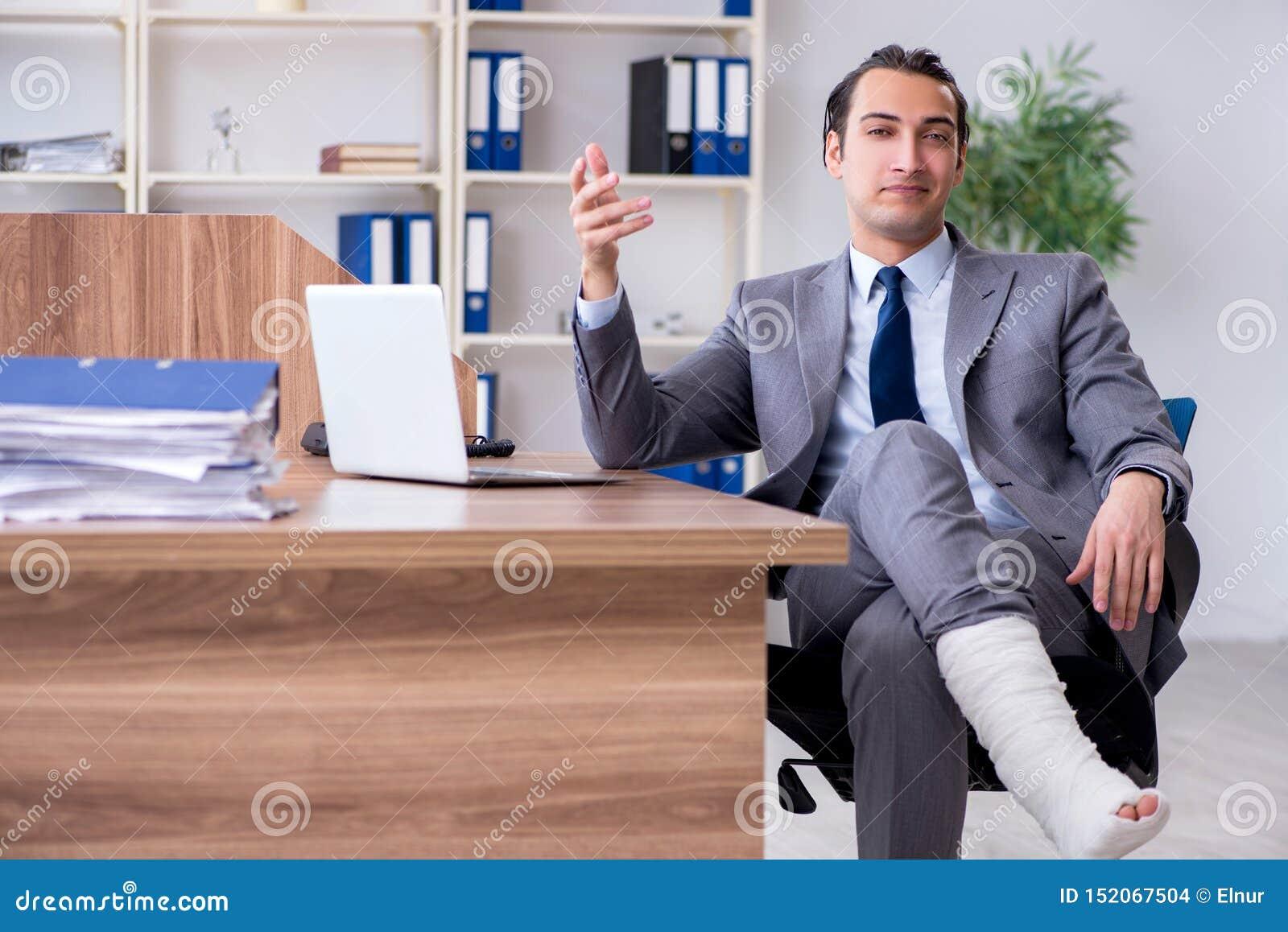 Employé masculin blessé par jambe dans le bureau