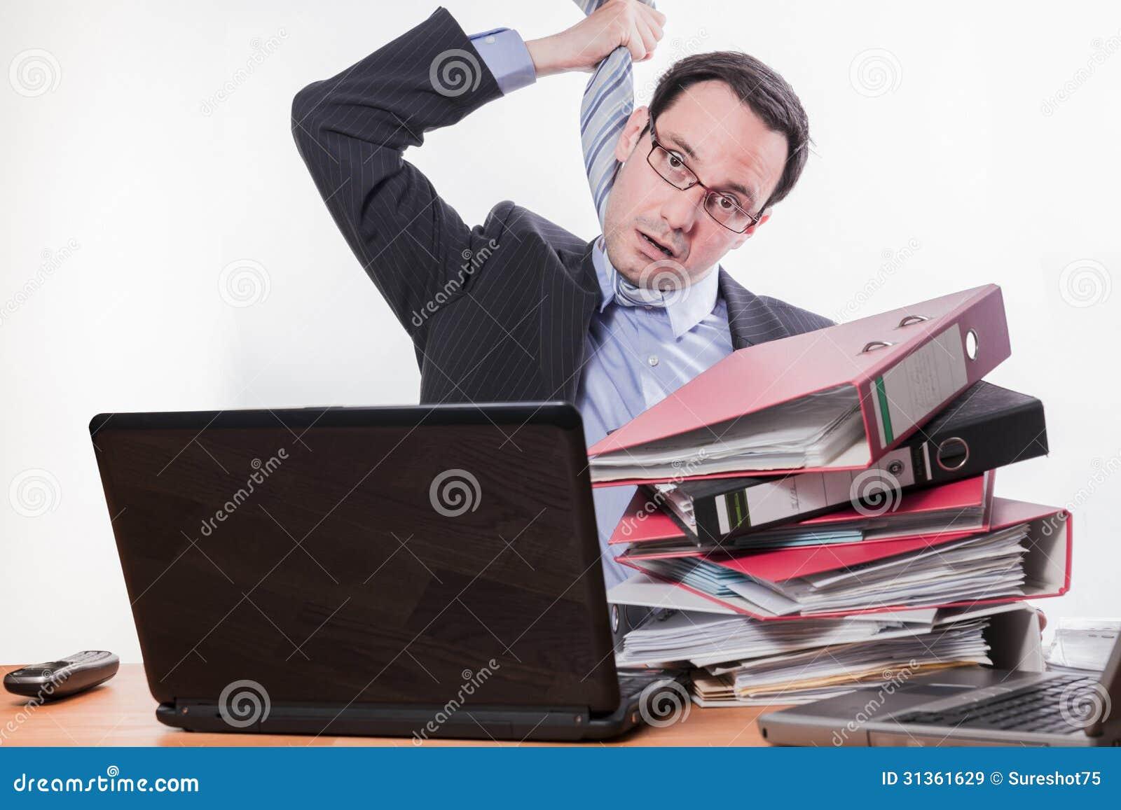 Employé multitâche soumis à une contrainte jouant le bourreau