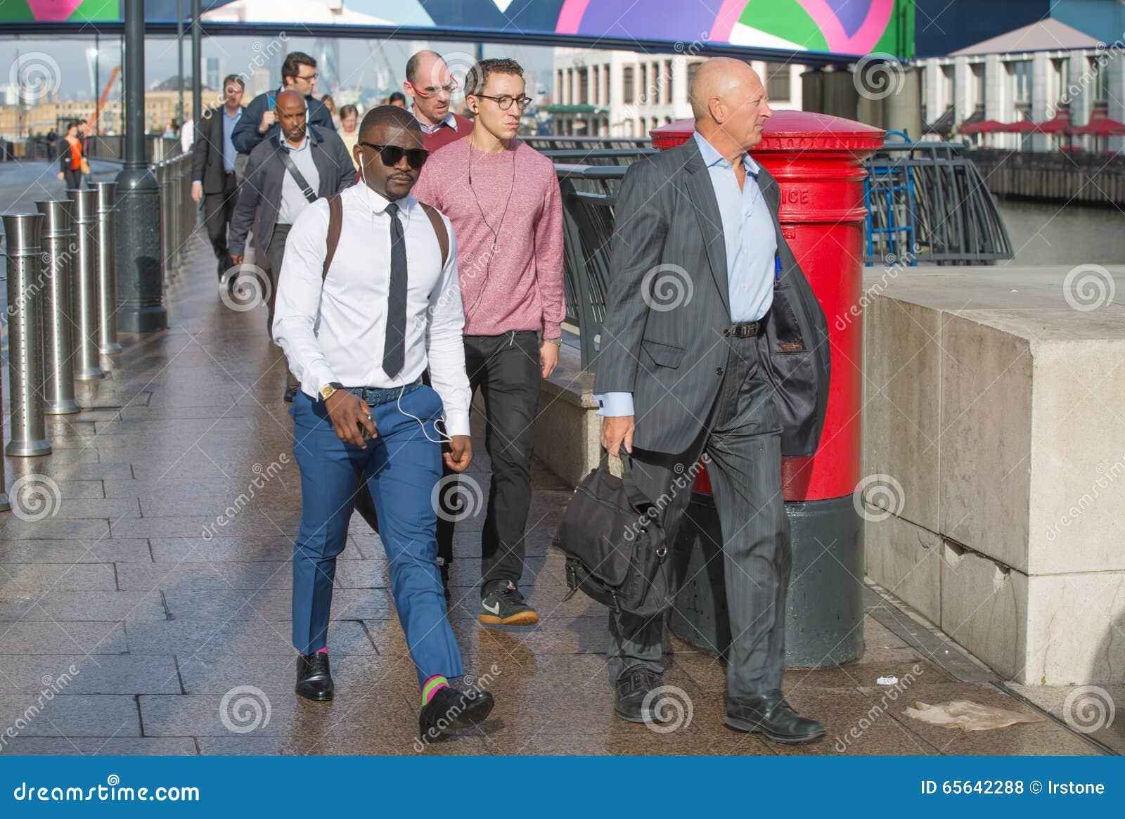 Employés de bureau s attaquant au travail Heures de début de la matinée dans la vie d entreprise de Canary Wharf