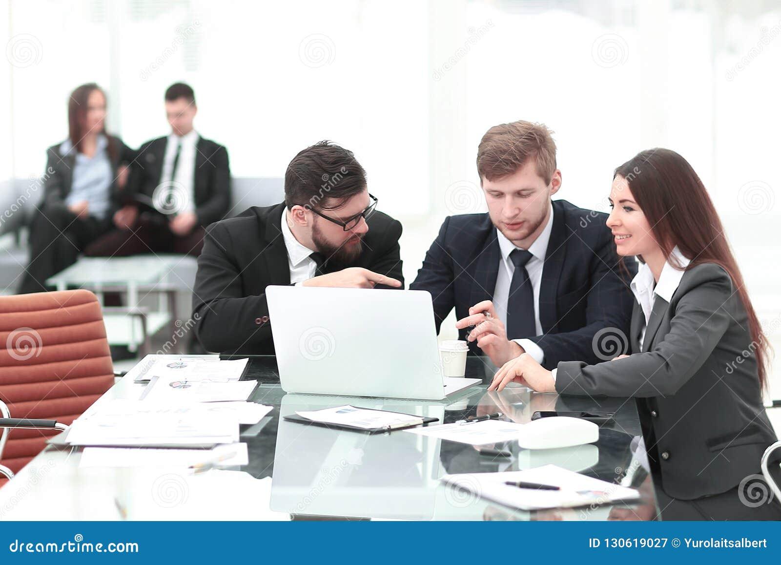 Employés de la société discutant avec le client les clauses contractuelles