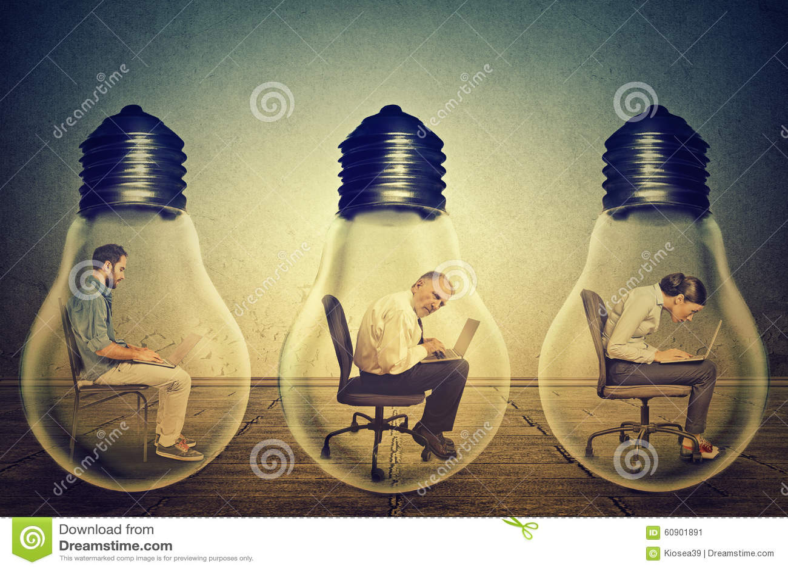 Employés de société s asseyant dans la rangée à l intérieur de la lampe électrique utilisant travailler à l ordinateur
