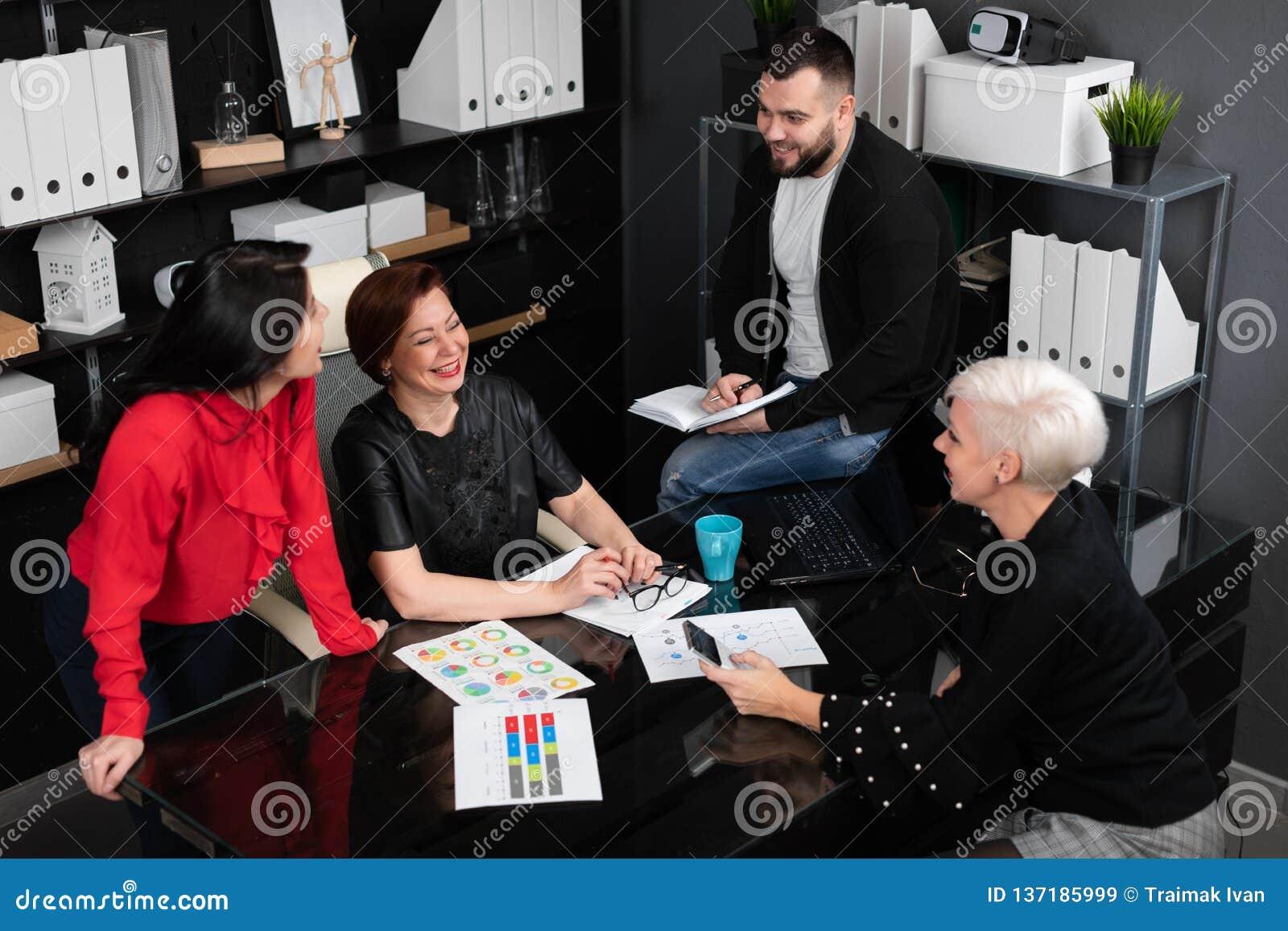 Employés de sourire parlant dans le lieu de travail