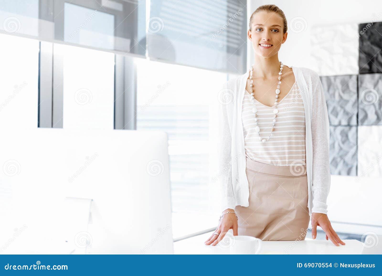 Employ de bureau attirant se tenant c t de la fen tre for La fenetre a cote