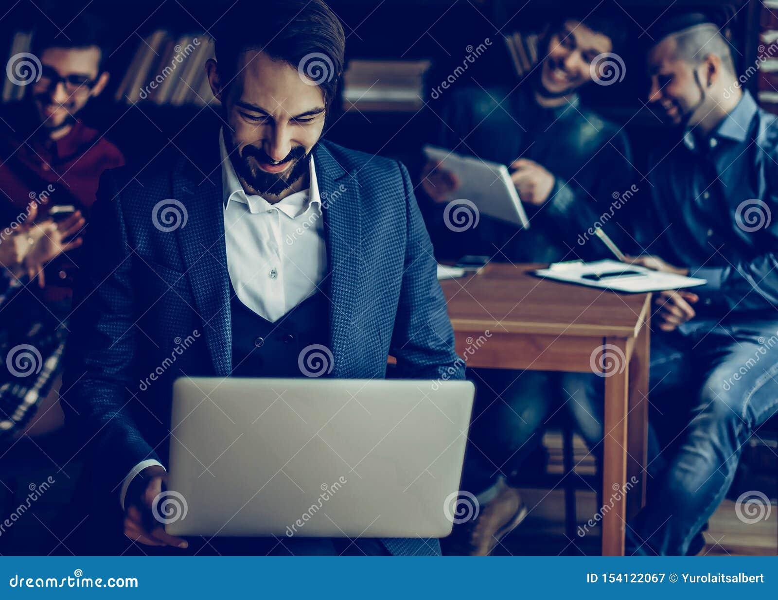 Employ? de la soci?t? avec l ordinateur portable sur le fond des affaires