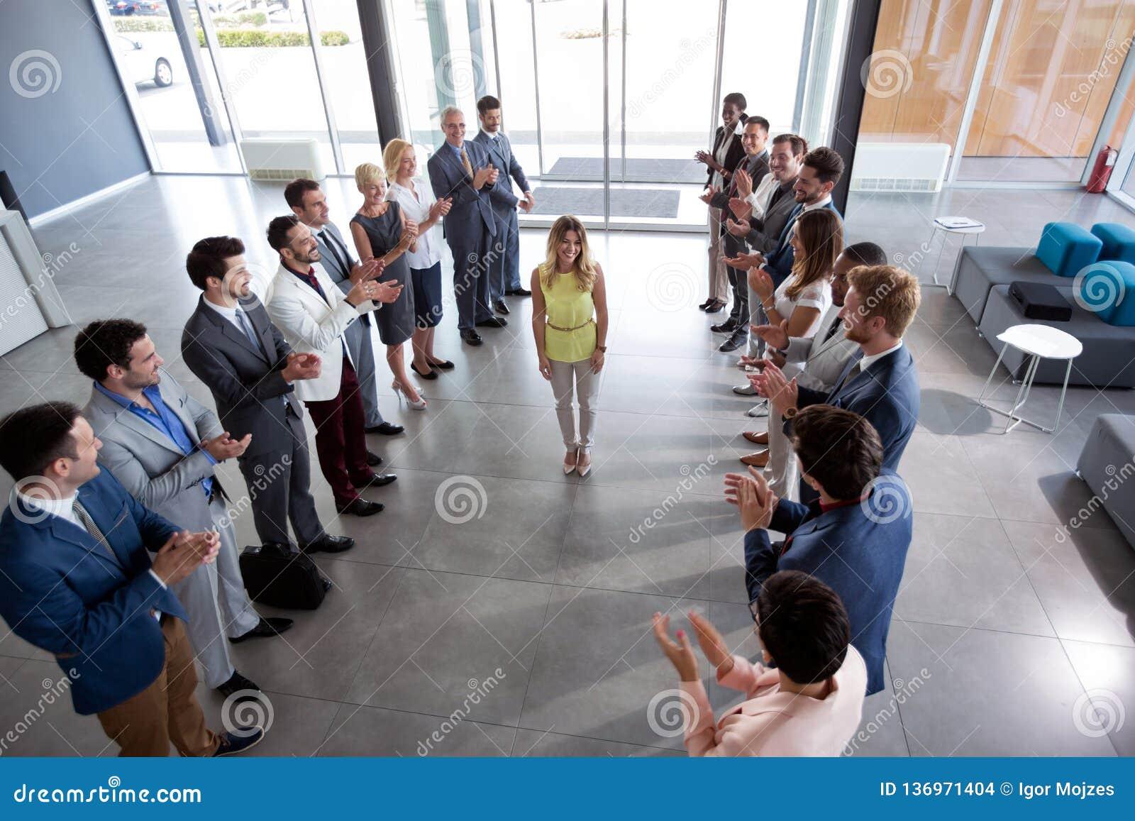 Employeur applaudissant au chef sûr