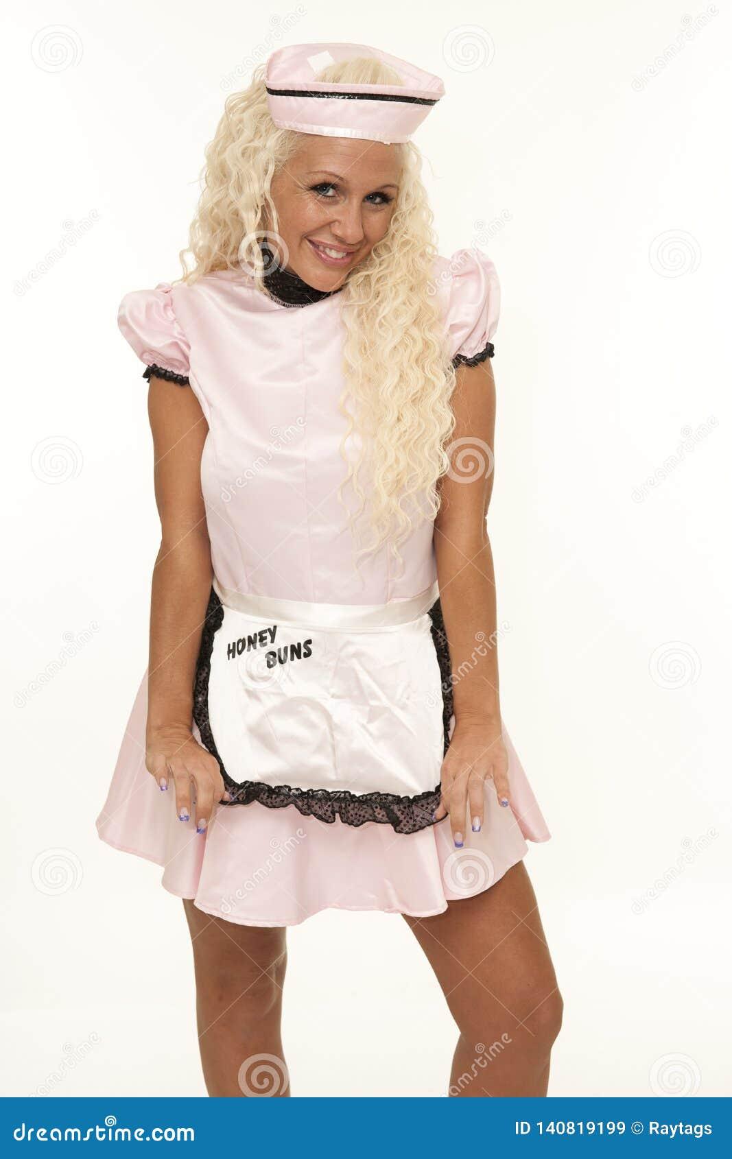 Empregada de mesa retro com terno cor-de-rosa
