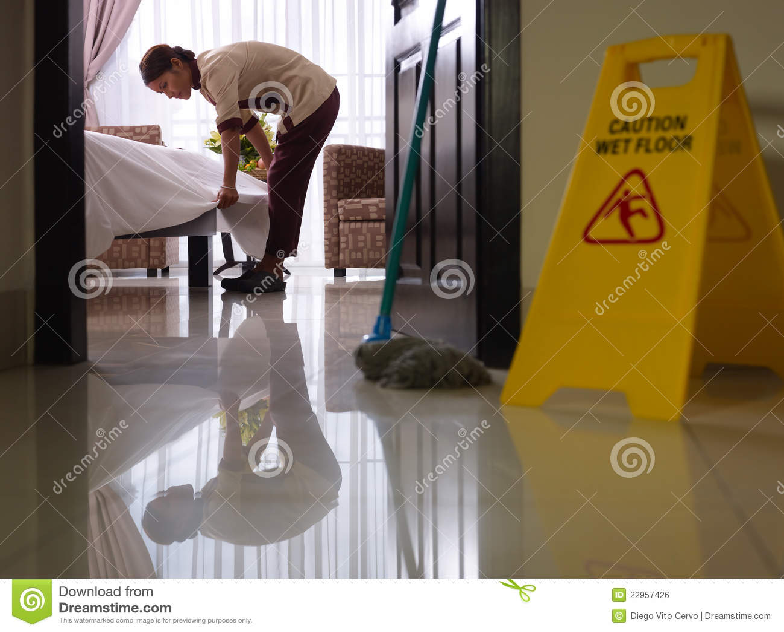 Empregada doméstica no trabalho e na limpeza no quarto do hotel de luxo