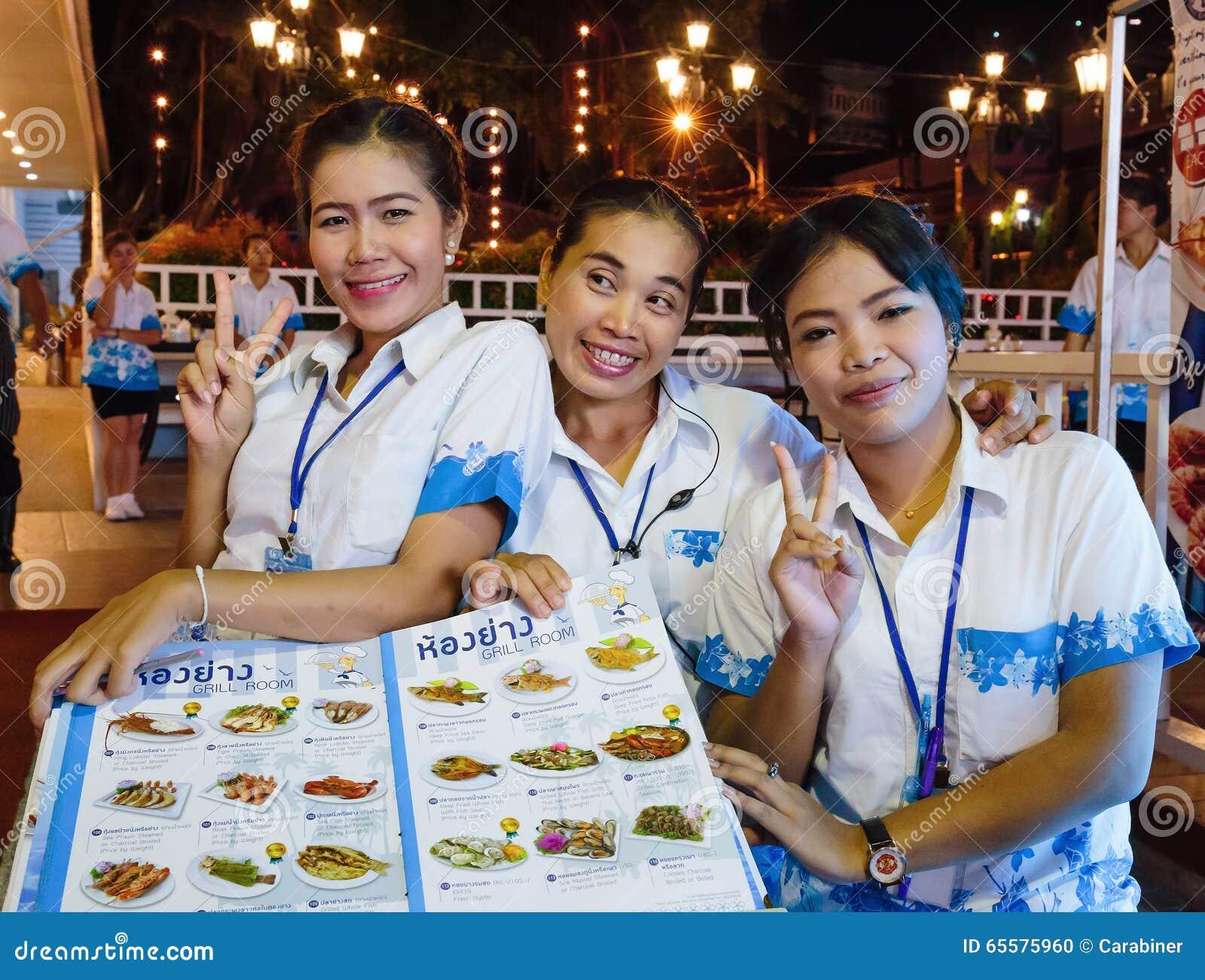 Empregadas de mesa das meninas no restaurante do marisco na noite