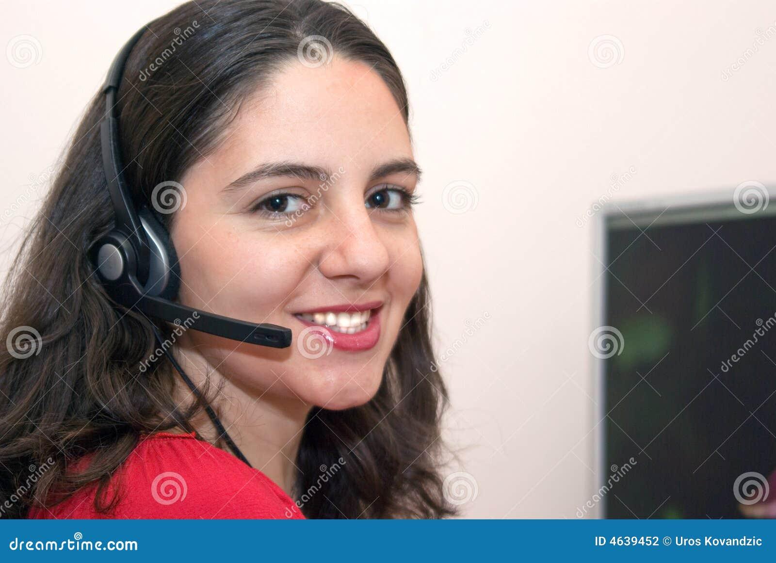 Empregado bonito de sorriso