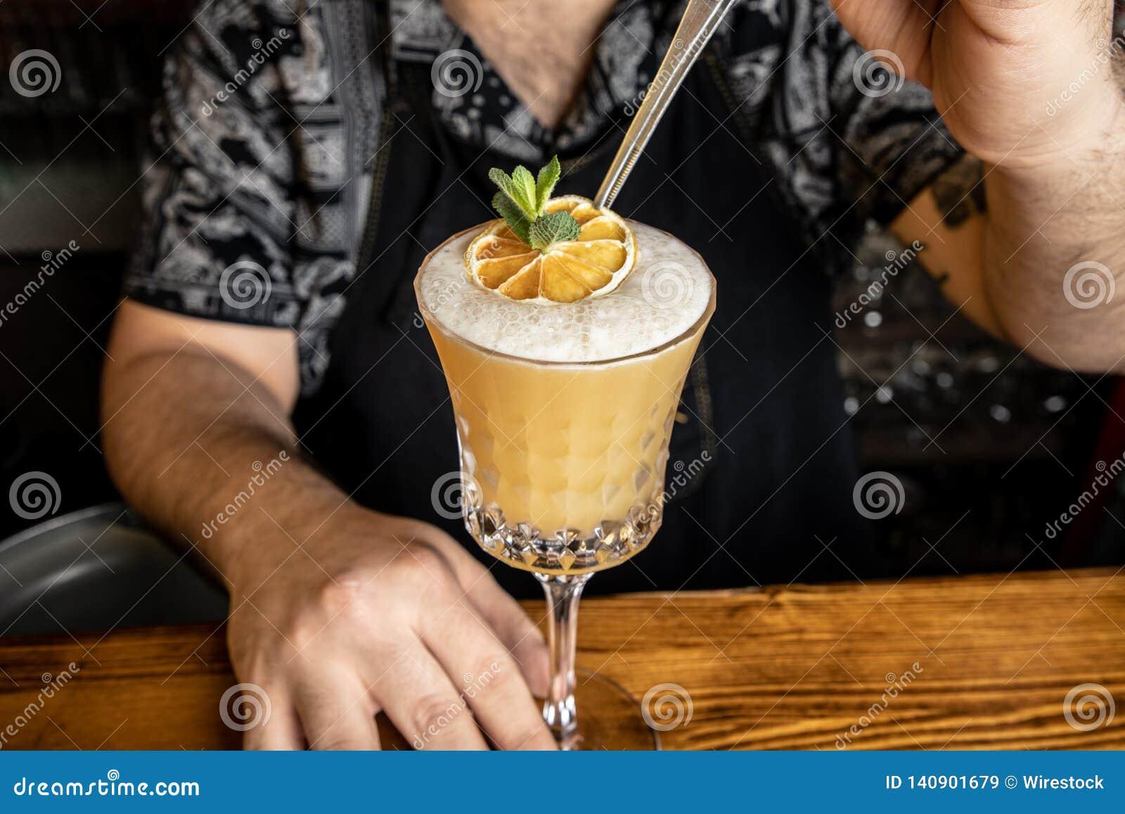 Empregado de bar com um cocktail