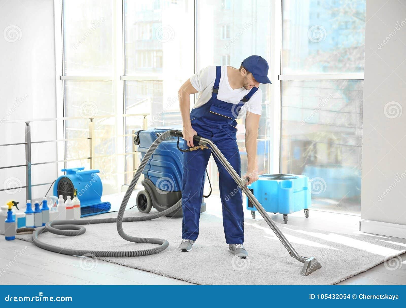 Empregado do ` s do líquido de limpeza seco que remove a sujeira do tapete