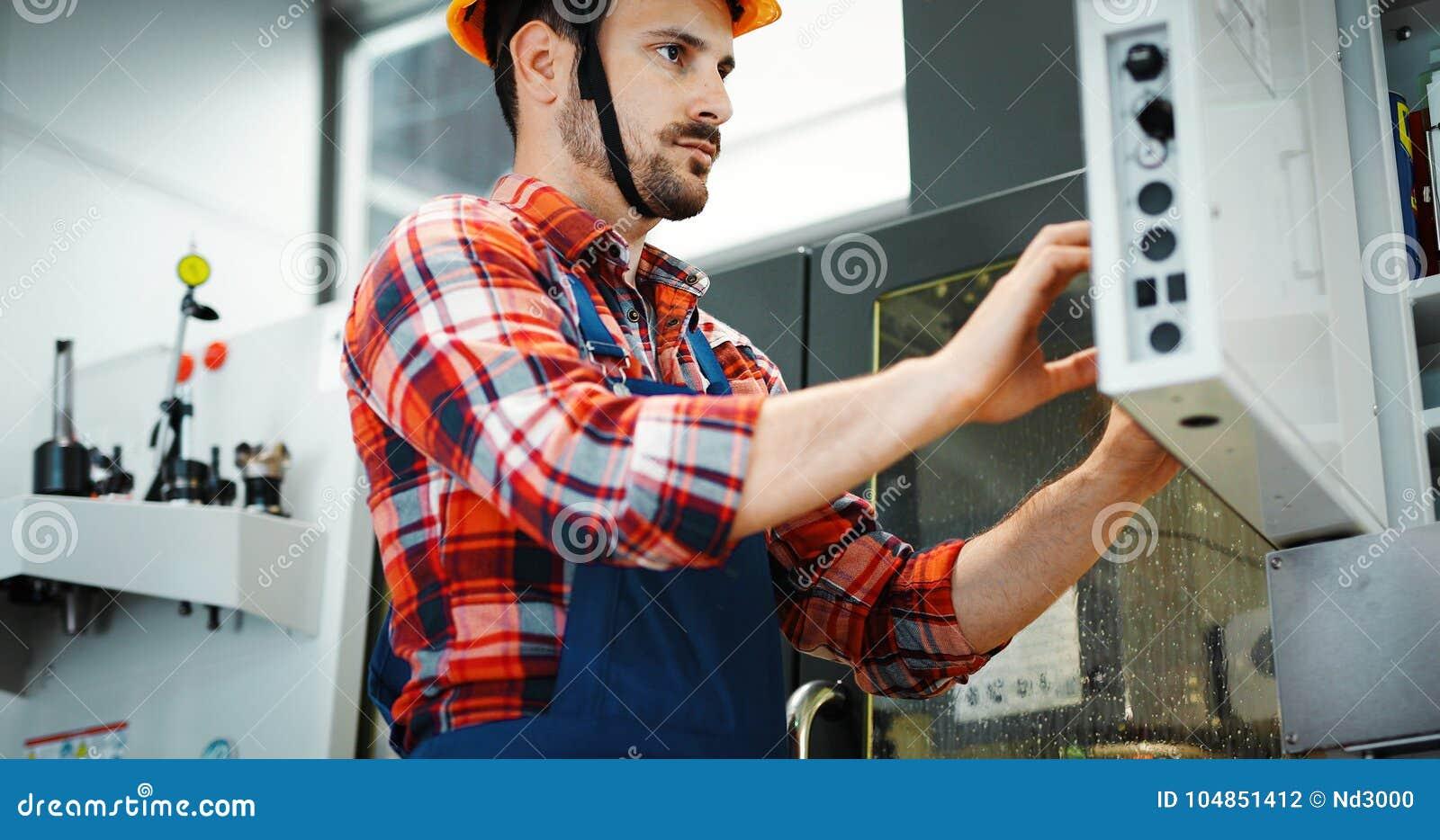 Empregado industrial da fábrica que trabalha na indústria de transformação do metal