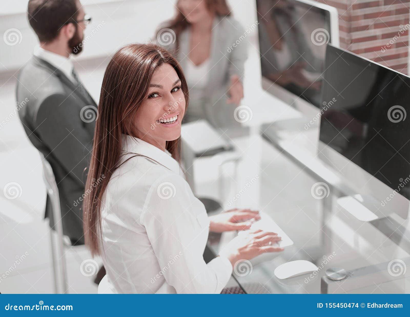 Empregado novo que senta-se em sua mesa