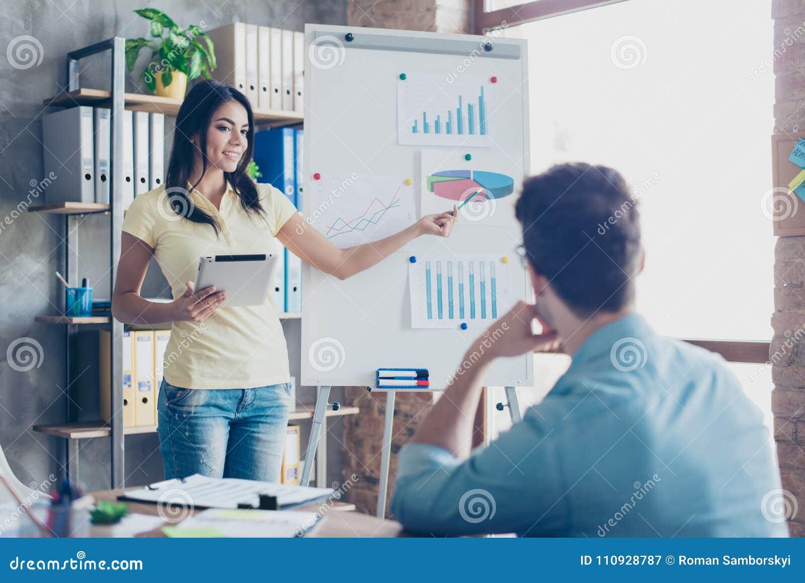 Empregado que faz o relatório mensal a seu empregador que usa o gadg moderno