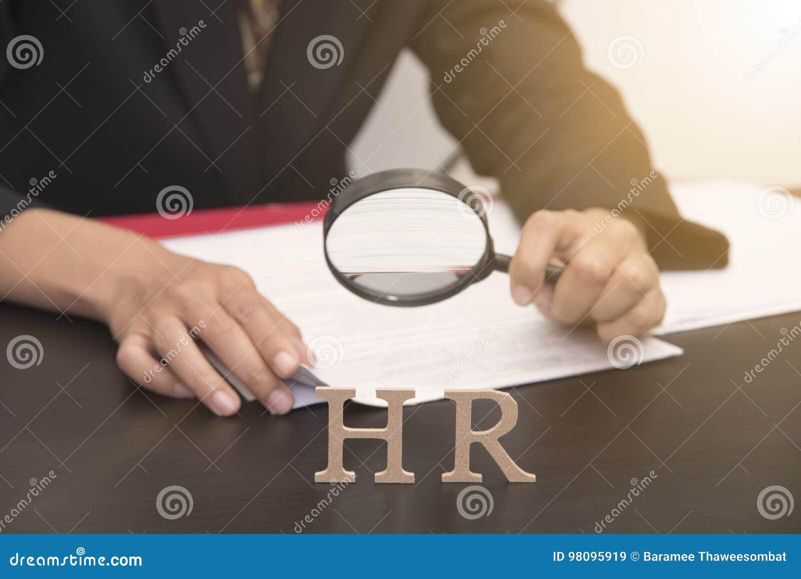 Empregador do negócio que guarda a pesquisa da lupa conceito hora