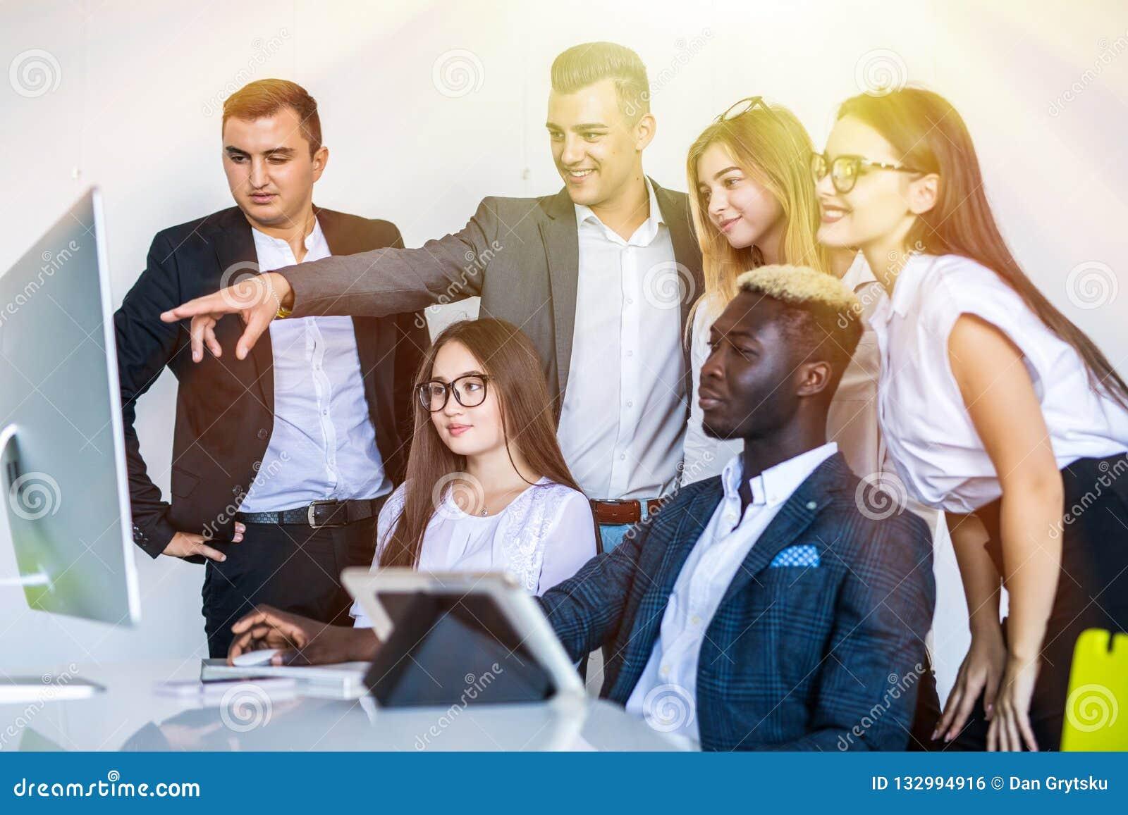 Empregados da empresa que trabalham durante a programação de software e escritório do desenhista que fala sobre o projeto de comp