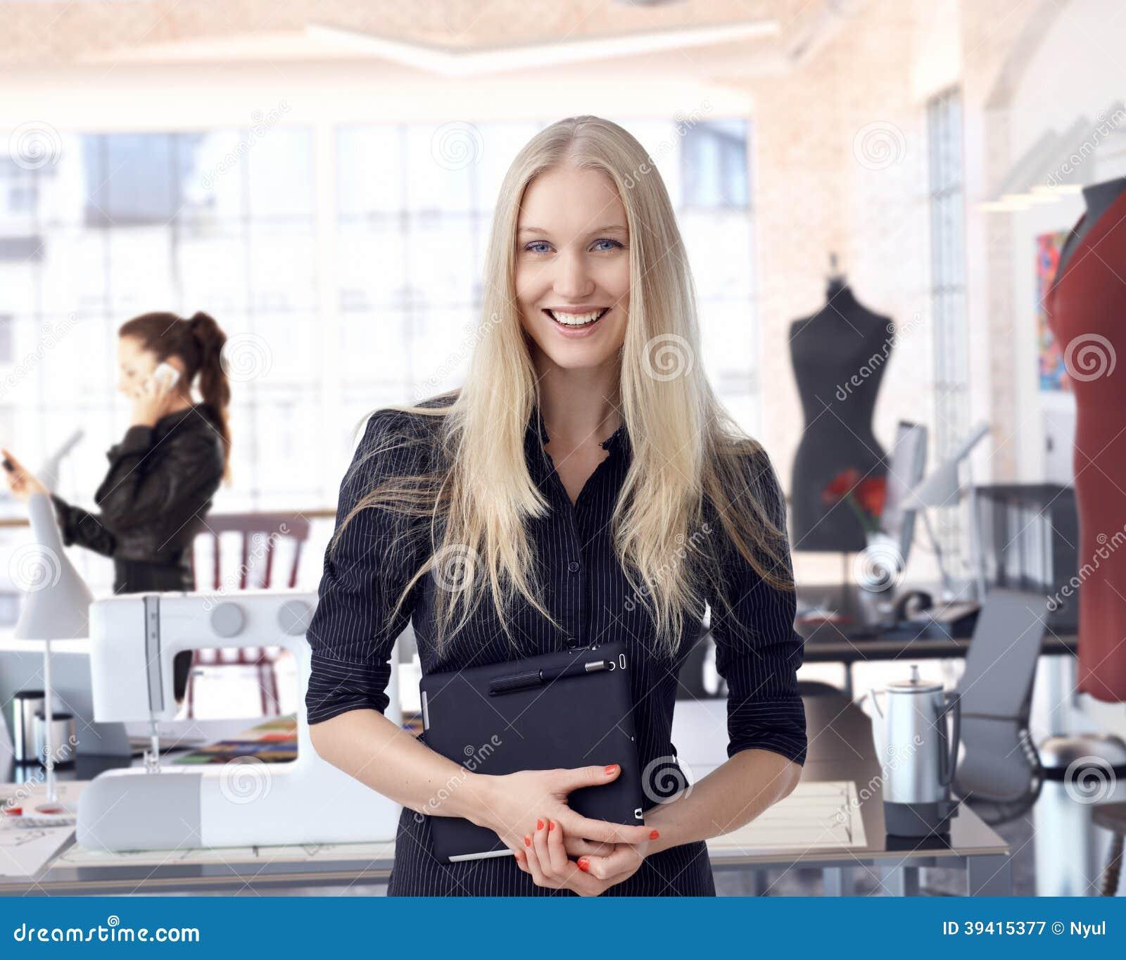 Empresário do desenhador de moda na empresa de pequeno porte