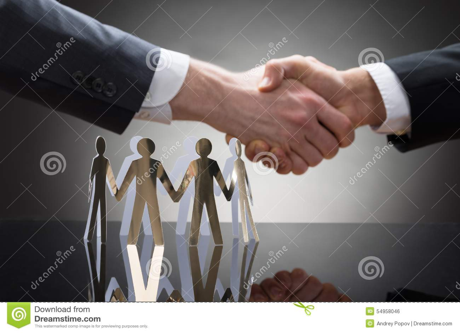Empresários que agitam as mãos com figuras de papel