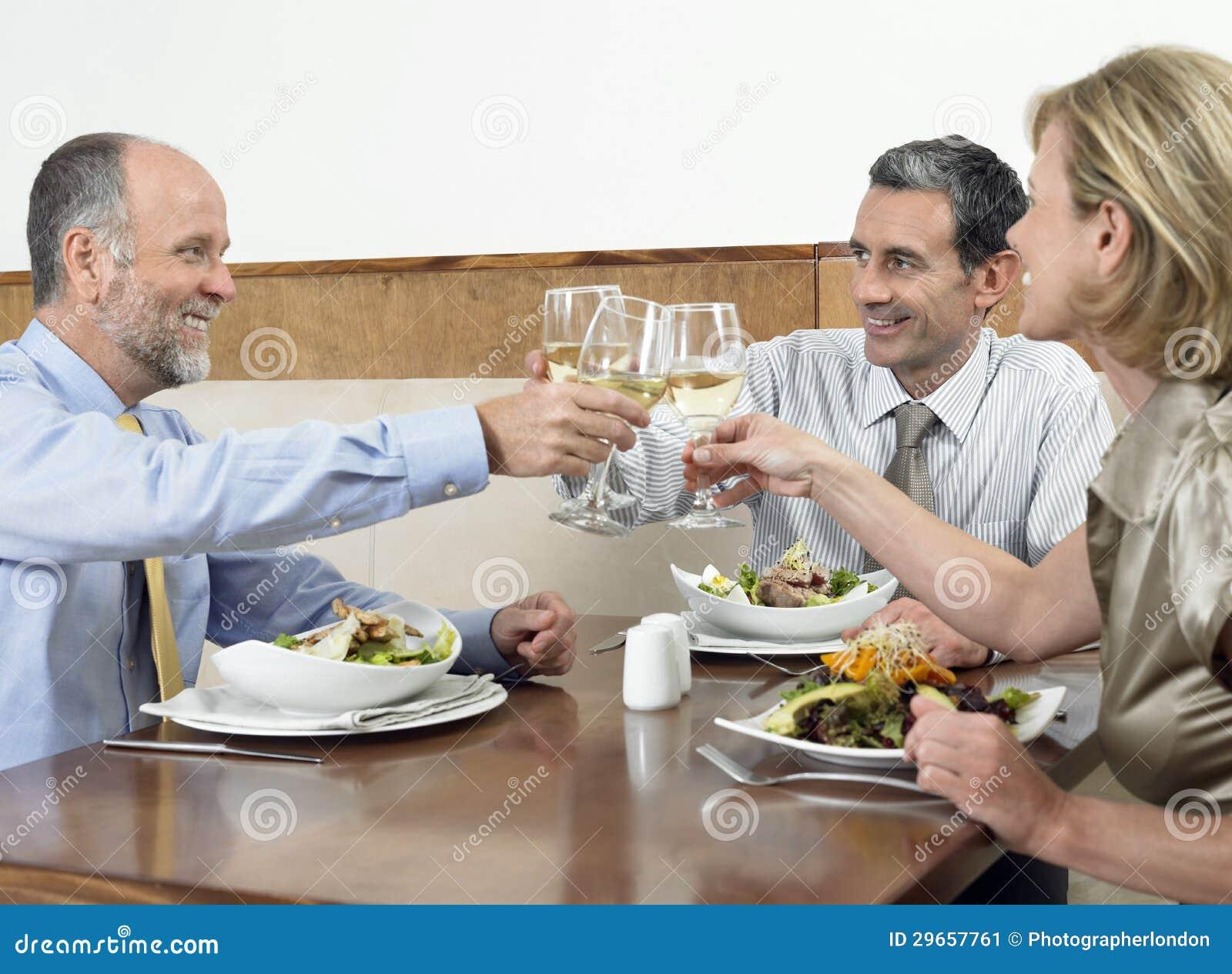 Empresários que brindam bebidas