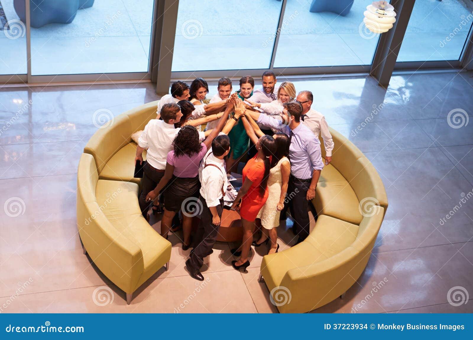 Empresários que dão-se a elevação cinco na entrada do escritório