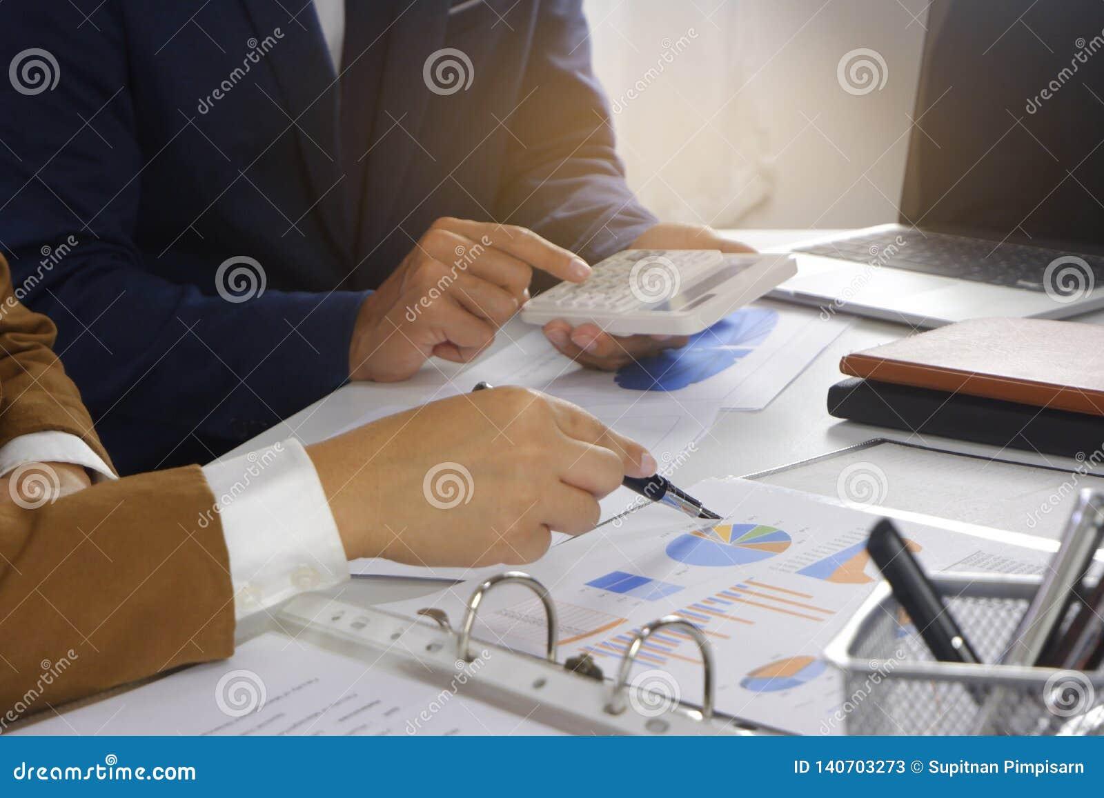 Empresários que encontram a ideia do projeto, acionista profissional que trabalha no escritório para o projeto novo do começo aci