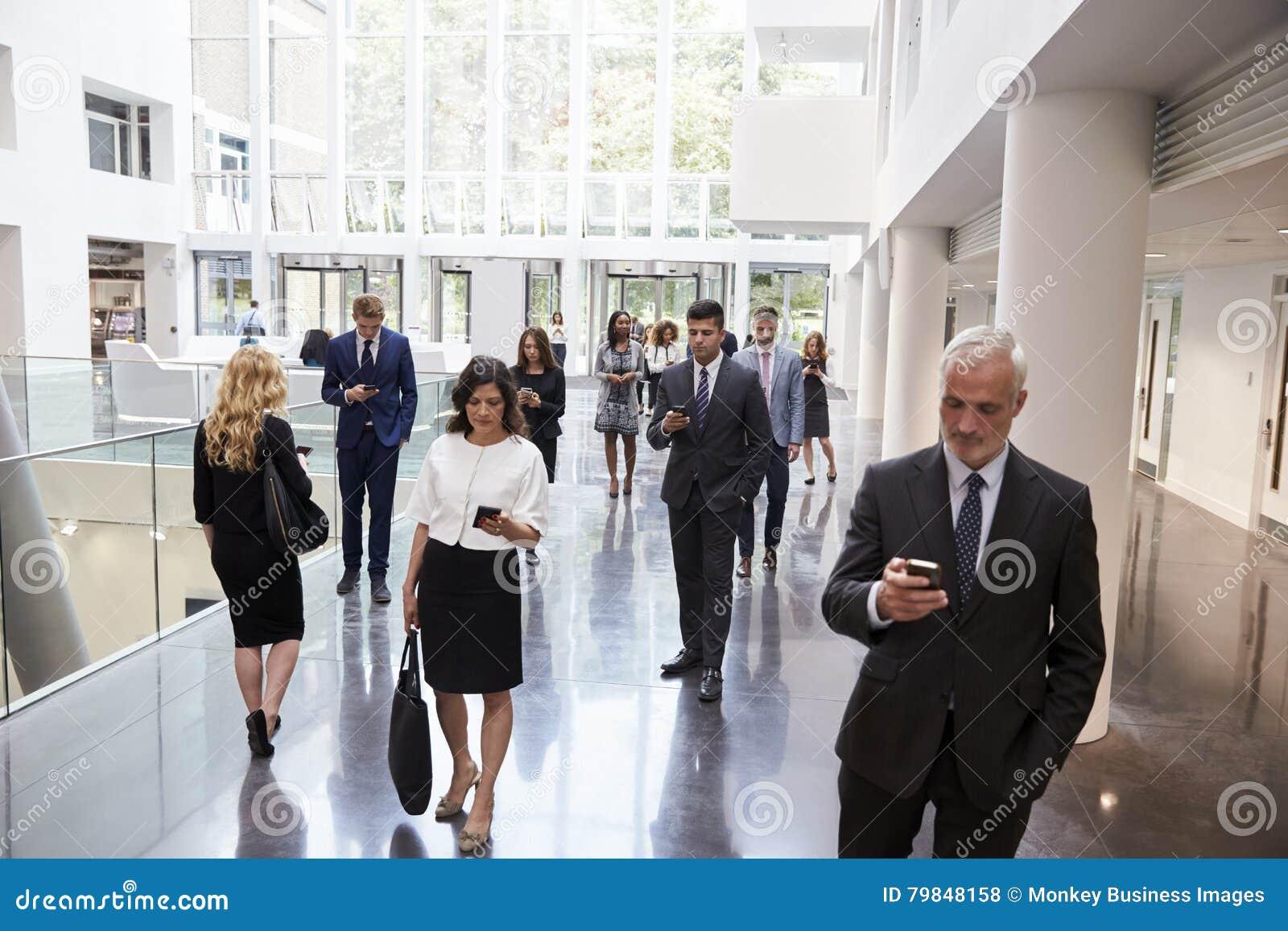 Empresários que usam a tecnologia na área ocupada da entrada do escritório