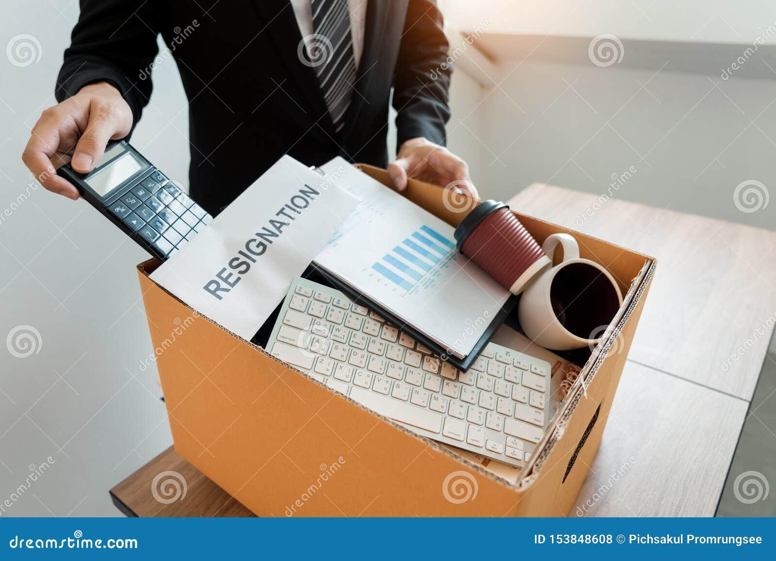 Empresa pessoal de embalagem levando do empresário na caixa de cartão marrom e cartas de demissão para parado ou mudança de sair