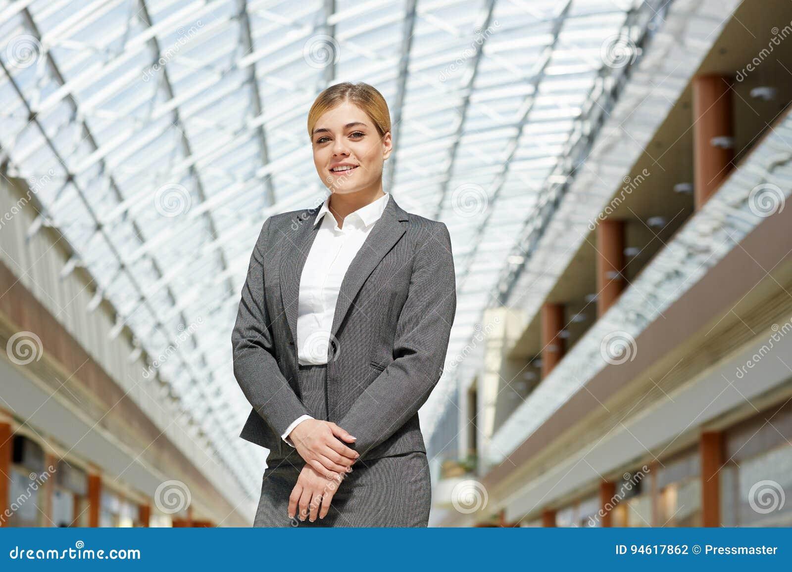 Empresaria acertada joven Smiling a la cámara