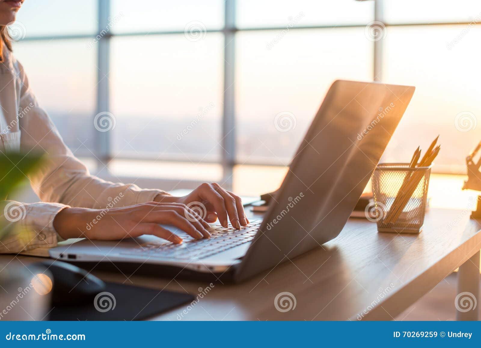 Empresaria adulta que trabaja en casa usando el ordenador estudiando ideas del negocio en una - Trabaja en casa ...