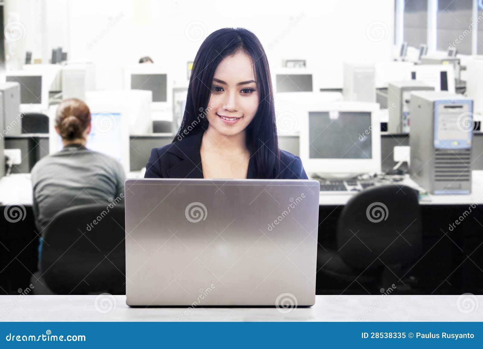 Empresaria asi tica en lugar de trabajo de oficina foto de for Oficina de empleo rochapea