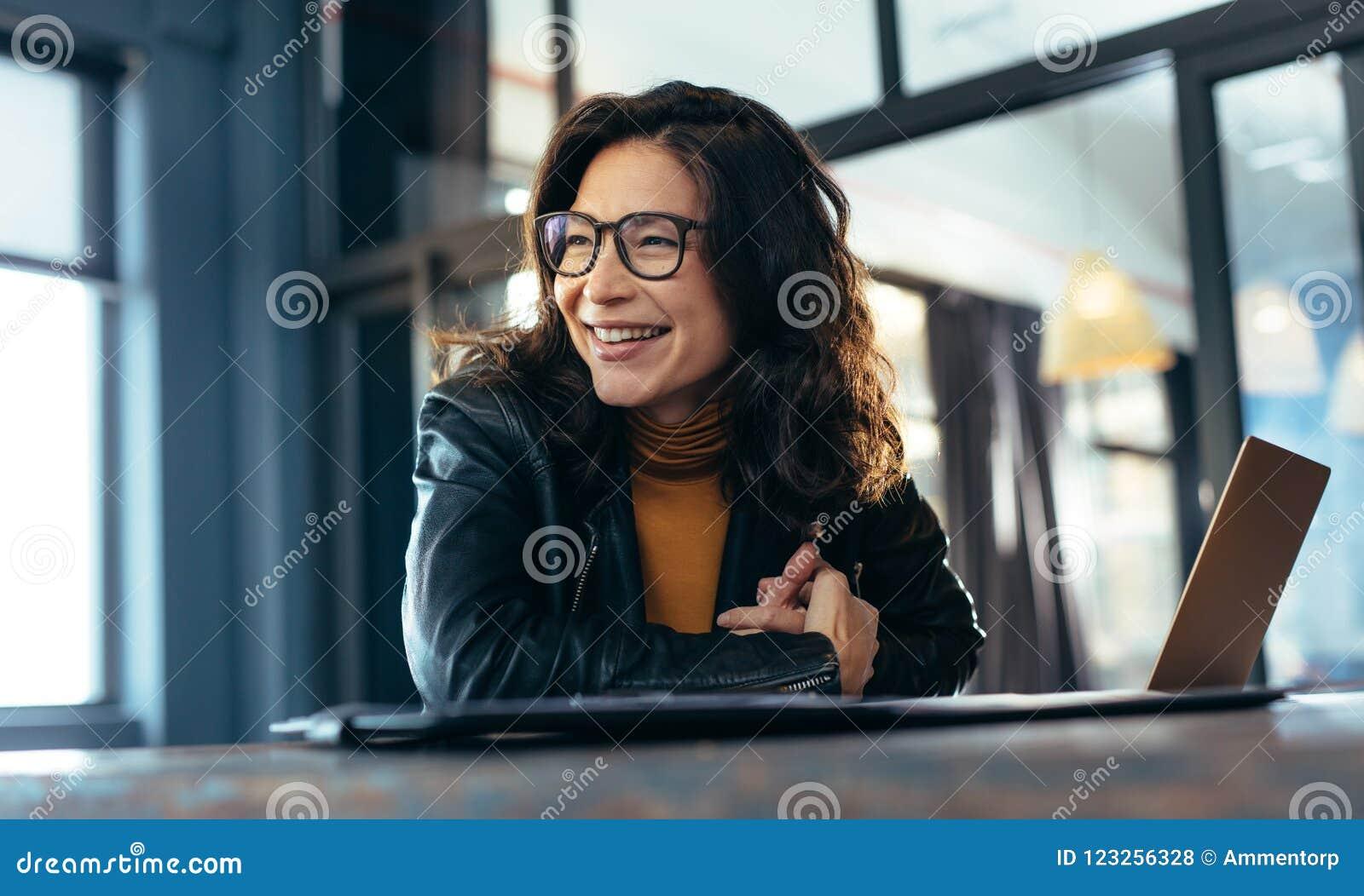 Empresaria asiática sonriente en la oficina
