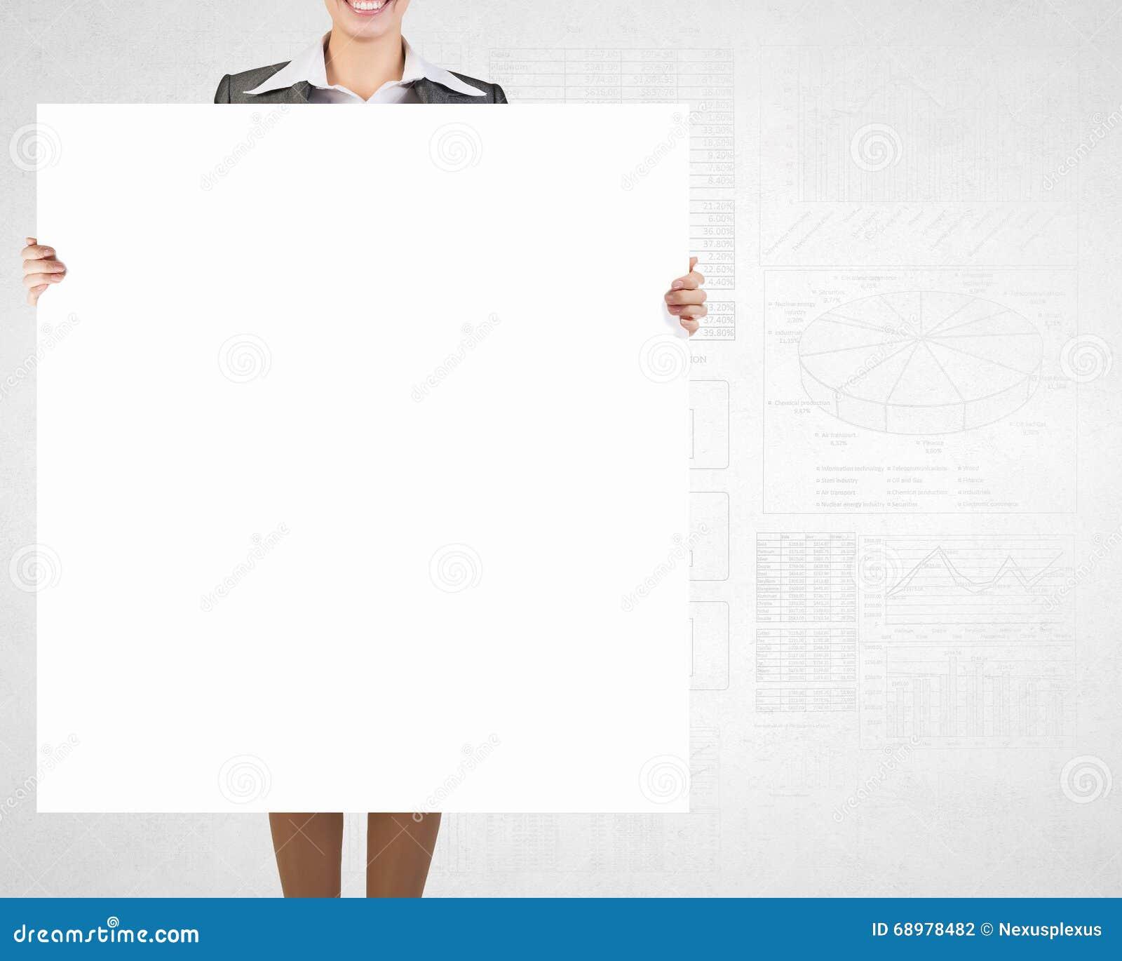 Empresaria con el cartel vacío
